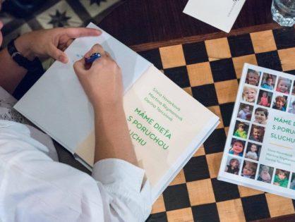 Stiahnite si unikátnu knihu, ktorá pomáha rodičom vychovávať dieťa s poruchou sluchu