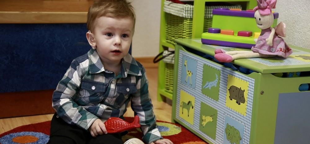 Rodiny s deťmi so sluchovým potihnutím sa môžu naučiť posunkovať