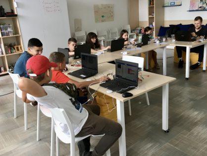 V Budúcnosti INAK vyskúšali na programovanie micro:bity. Sú jednoduché pre žiakov i učiteľov
