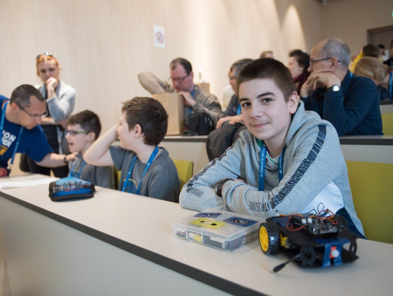 Podporili sme 243 škôl, ktoré získali grant na zakúpenie micro:bitov